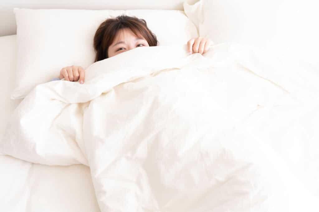 Links oder doch lieber rechts? Laut Studie schläft es sich auf einer Bettseite besonders glücklich.