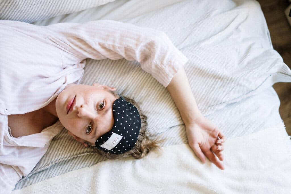 Um Schlafstörungen in den Griff zu bekommen, ist professionelle Hilfe vom Arzt oder einer Ärztin manchmal unumgänglich.