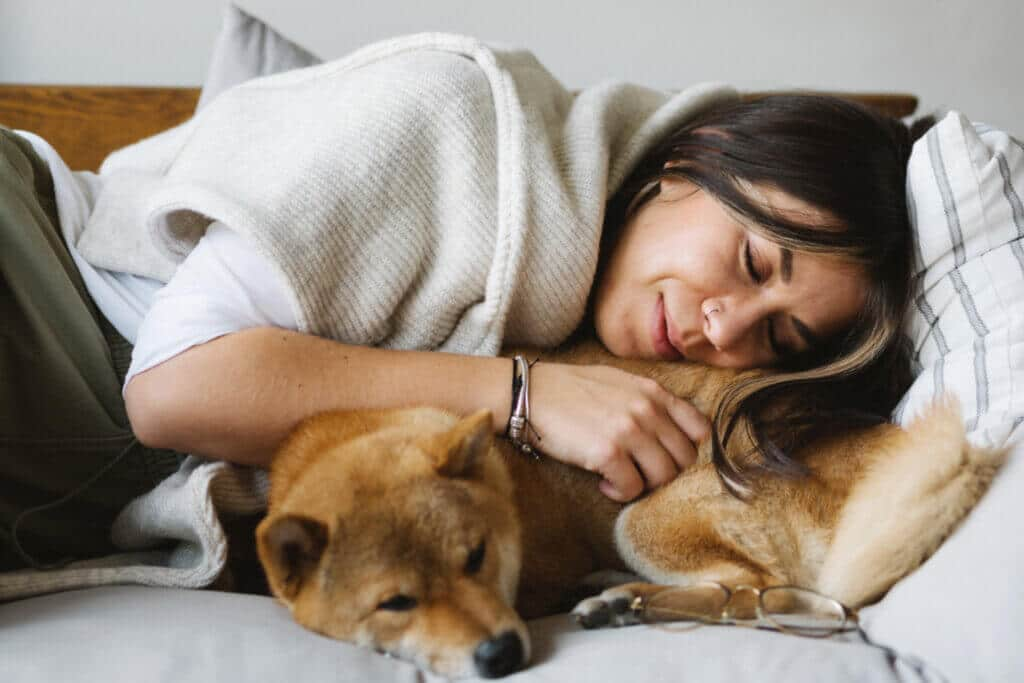 Frauen schlafen neben Hunden deutlich besser als neben ihrem Partner, wie eine US-Studie nun herausgefunden hat. Doch warum?