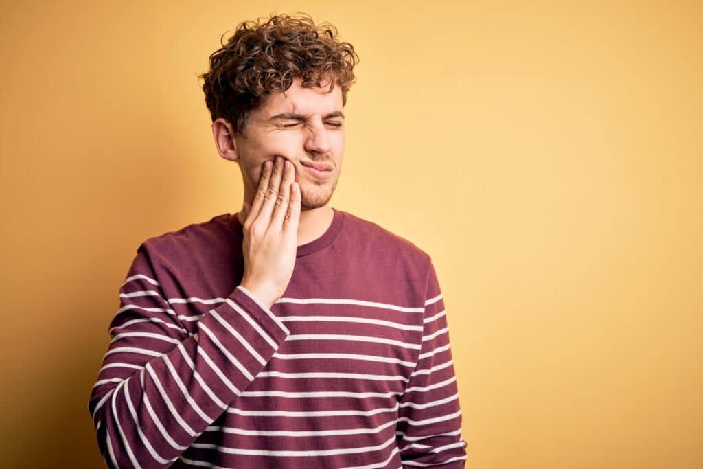 Nach dem Aufstehen plagen dich Zahnschmerzen? Dahinter könnte Bruxismus stecken. Wir verraten dir, was hinter der Krankheit steckt und was du dagegen tun kannst.