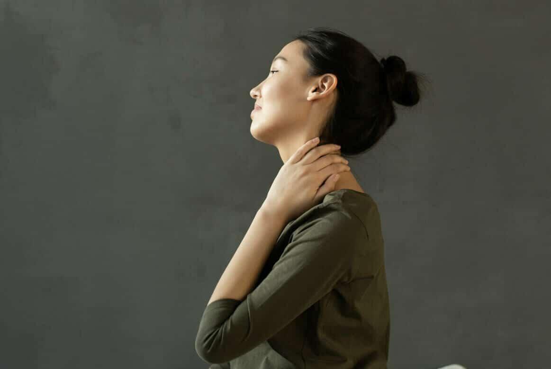 Nicht immer wachen wir am nächsten Morgen auf erholt auf. Häufig machen uns Nackenschmerzen einen Strich durch die Rechnung.