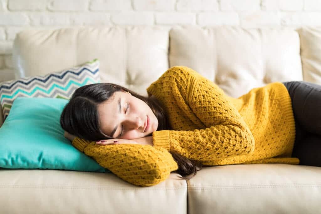 Ein Mittagsschlaf - auch Powernap genannt - kann sich äußerst positiv auf die Produktivität und Leistungsfähigkeit auswirken.