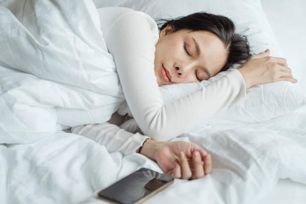 Du drückst vor dem Aufstehen lieber häufiger mal auf die Schlummertaste und fragst dich, wie gesund das eigentlich ist? Wir haben nachgeforscht.