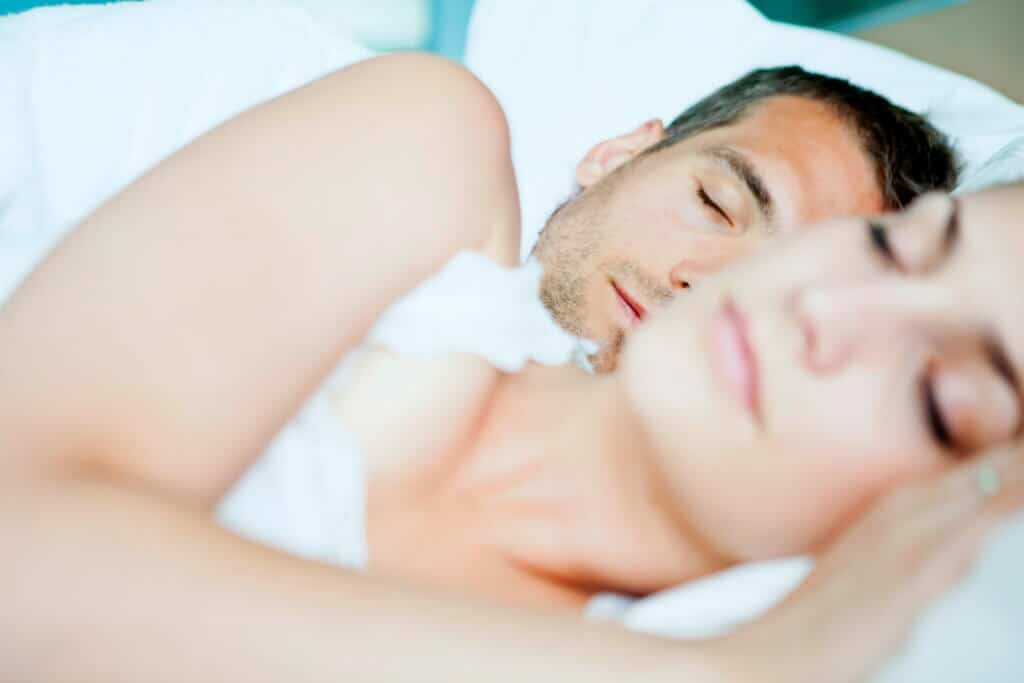 Der Schlaf unterteilt sich in fünf Schlafphasen. Doch was passiert eigentlich dabei im Körper?