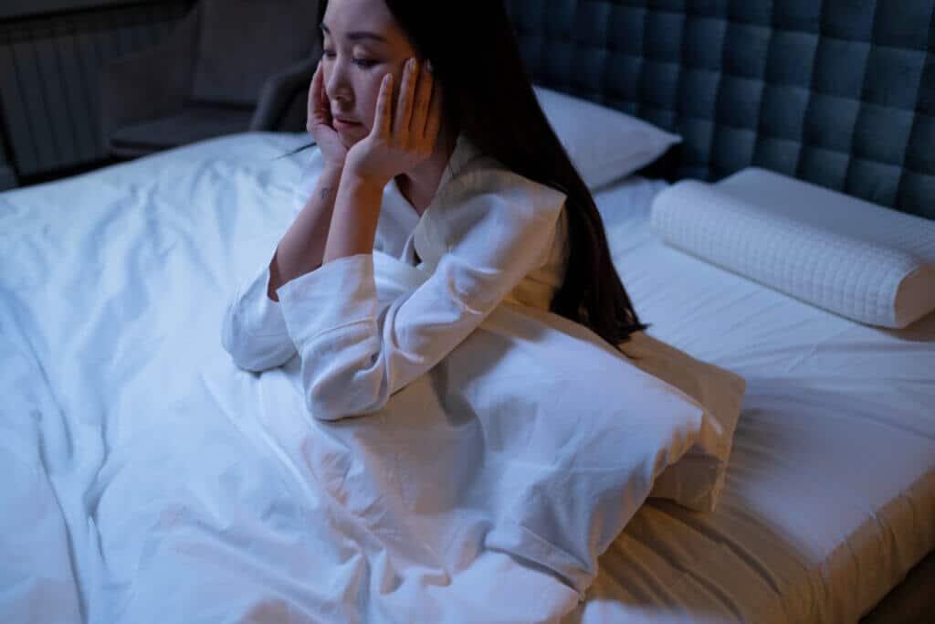 Atemübungen können beim Einschlafen helfen. Wir verraten dir drei Atem-Tricks.
