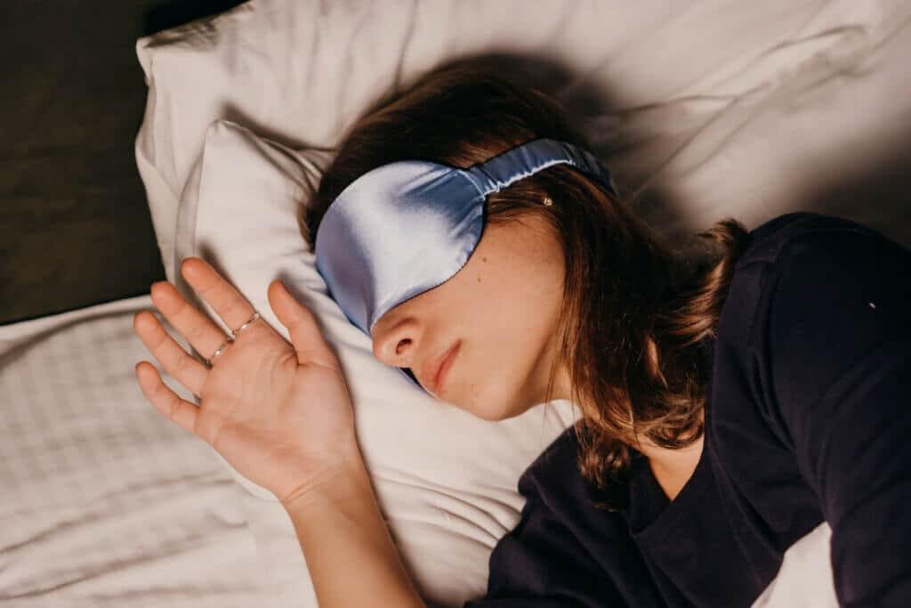 Du möchtest oder musst auch am Tag schlafen? Eine Schlafmaske kann helfen. Hier findest du die besten Modelle im Überblick.