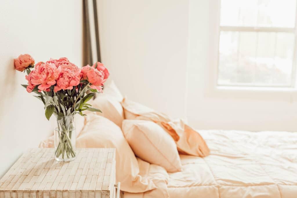 Schlafstörungen sind lästig und gefährden irgendwann auch die Gesundheit. Eine deutliche Linderung des Problems können Betroffene bereits erzielen, indem sie ihre Schlafhygiene auf den Prüfstand stellen und verbessern.
