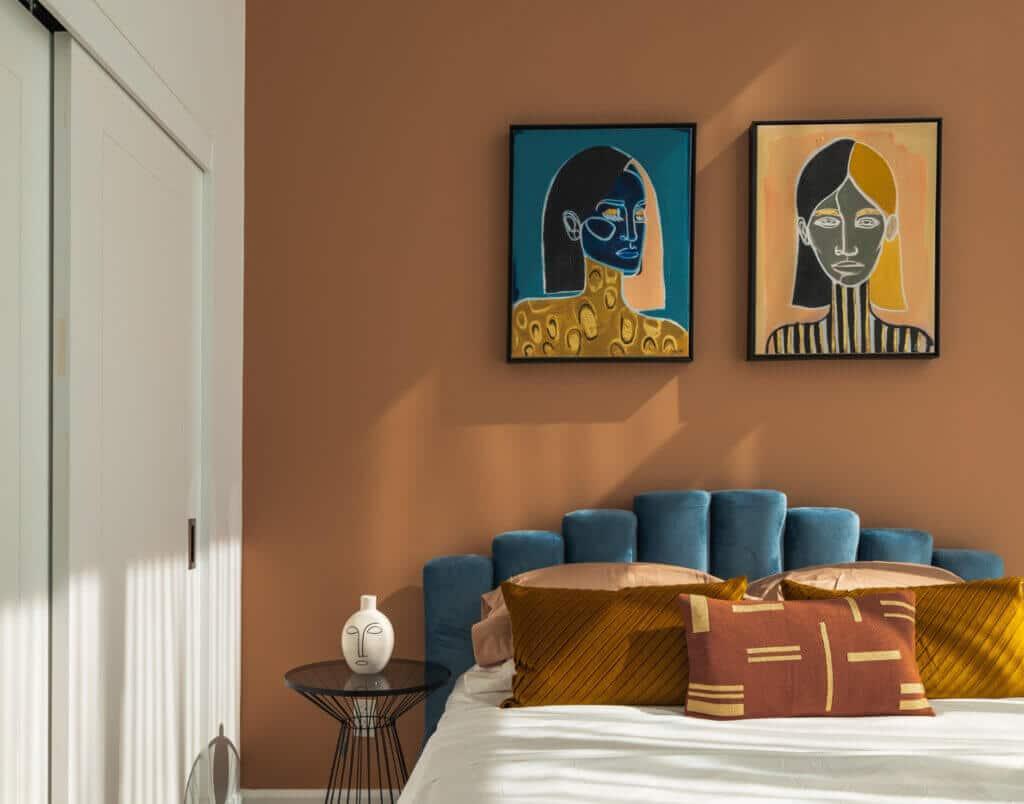 Im Schlafzimmer darf Farbe an den Wänden nicht fehlen. Aus gutem Grund! Denn die richtige Wandfarbe kann tatsächlich zu einem gesunden Schlaf beitragen.