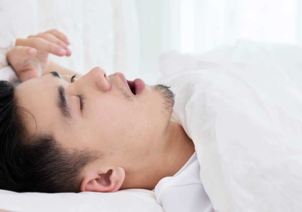 Schnarcht der Partner oder die Partnerin, kann ein Nasenspreizer Abhilfe schaffen.