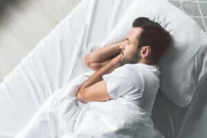 Besser einschlafen und entspannen – eine Therapiedecke kann dafür sorgen, dass man sich geborgen und sicher fühlt.