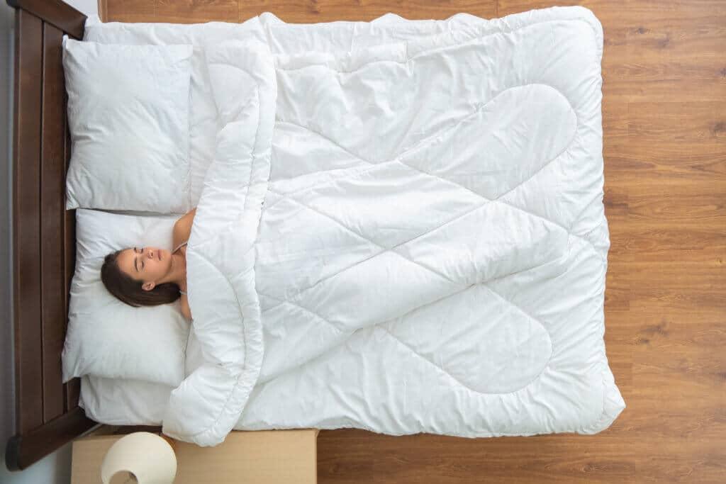Besser einschlafen, besser durchschlafen, besser entspannen – eine Gewichtsdecke kann dabei helfen.