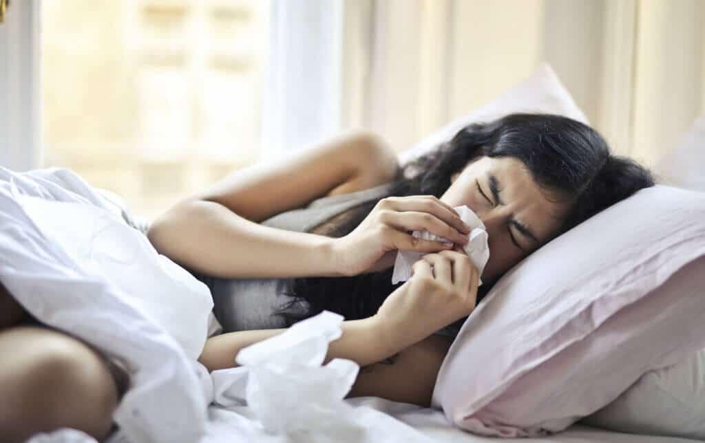 Bei Erkältung schlafen? Kein leichtes Unterfangen. Wir geben nützliche Tipps.