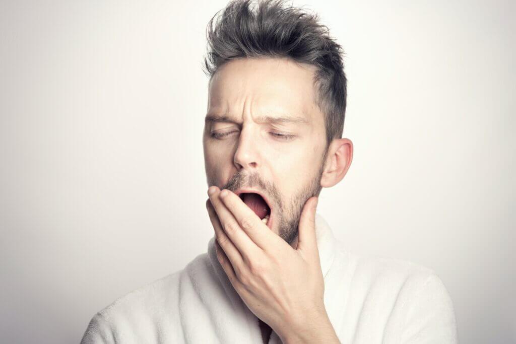 Müde und ausgelaugt? Wir geben dir nützliche Tipps für einen besseren Schlaf.