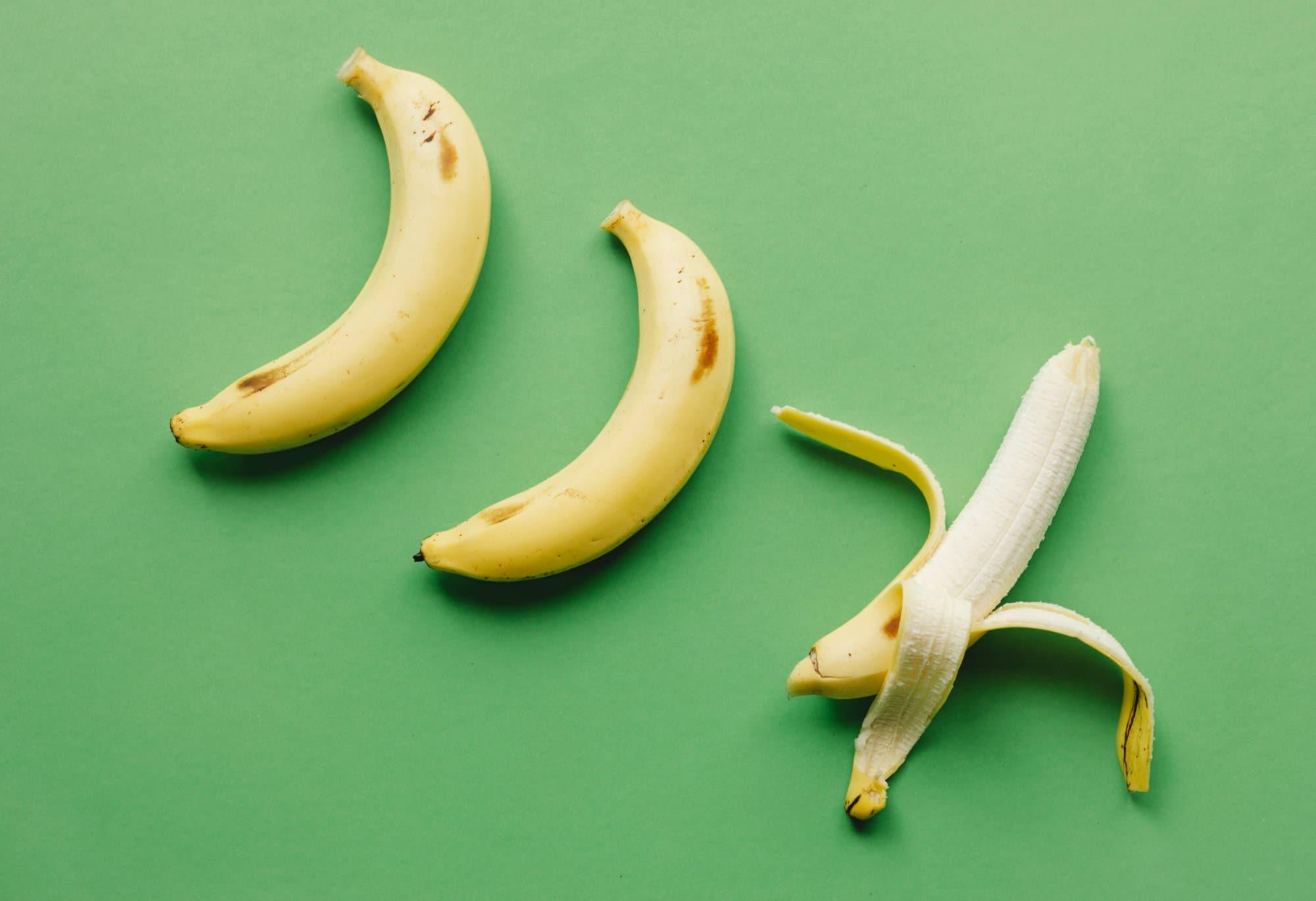 Mehrere Bananen, eine davon geschält