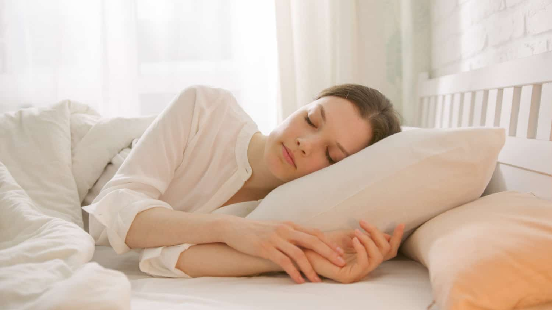 Unser Geruchssinn beeinflusst unsere Emotionen. Daher kann dir ein Kissenspray maßgeblich dabei helfen, schneller einzuschlafen. Warum das so ist und welche Sprays wir dir ans Herz legen, liest du hier.