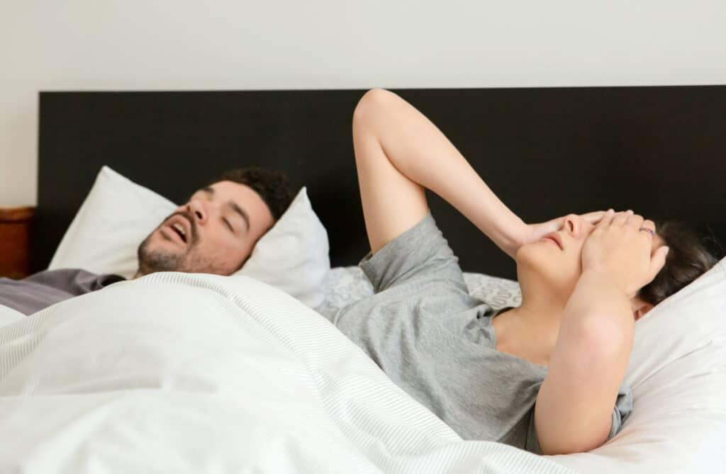 Schnarchen kann besonders vom Partner als sehr störend empfunden werden.
